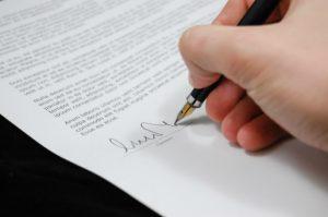 W umowie darowizny darczyńca zobowiązuje się do bezpłatnego świadczenia na rzecz obdarowanego,